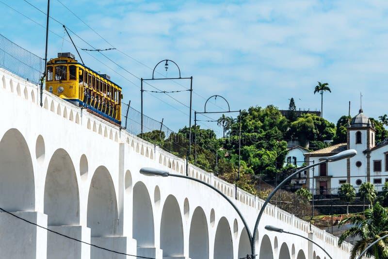 Zug fährt entlang unterscheidende weiße Bögen des Marksteins Lapa stockfoto