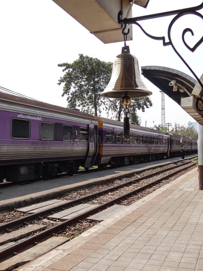 Zug kommt mit der Ringglocke lizenzfreies stockbild