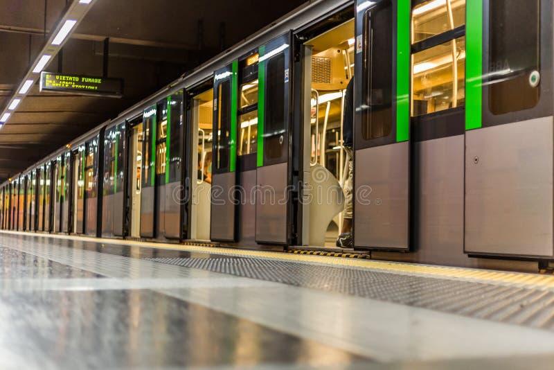 Zug in Mailand lizenzfreie stockfotografie