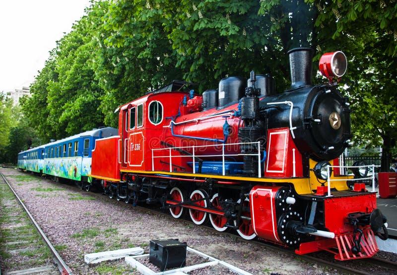 Zug mit Dampflokomotive an der Station stockfotografie