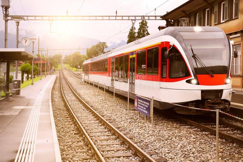 Zug reist von der Station ab stockbild
