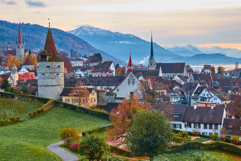 ZUG, SU??A - em novembro de 2018: Vista da cidade velha de Zug da plataforma de observa??o fotos de stock