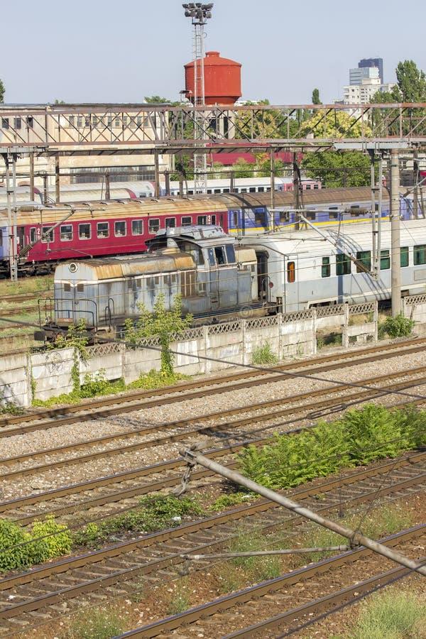 Zug und Bahnen im Depot lizenzfreie stockfotos