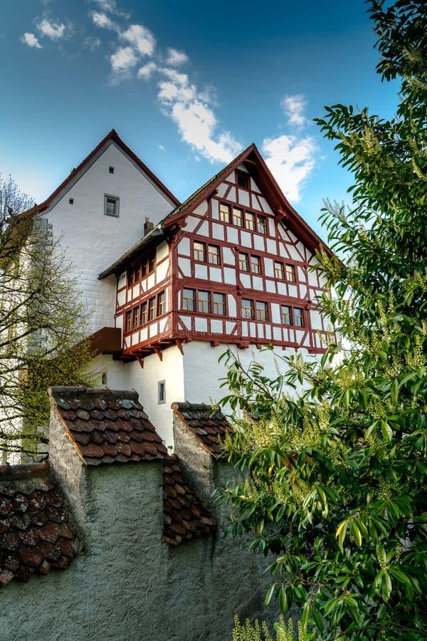 Zug, ZG/Ελβετία - 20 Απριλίου 2019: άποψη του ιστορικού φρουρίου Burg Zug στην ελβετική πόλη Zug σε ένα όμορφο ελατήριο στοκ εικόνα με δικαίωμα ελεύθερης χρήσης