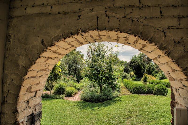 Zugang in historischen Garten bei Oatlands in Virginia lizenzfreie stockfotografie