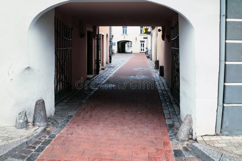 Zugang zu altem Viertel-konventa Seta in Riga stockfoto