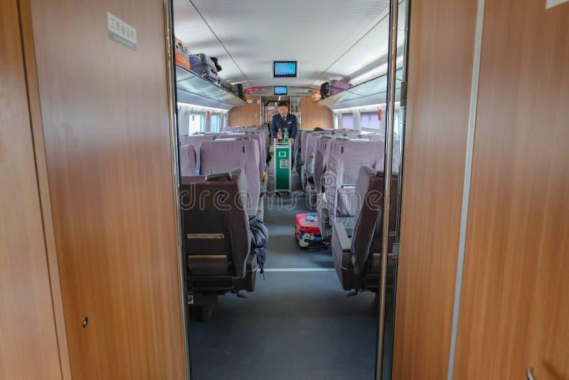 Zugbegleiter im Hochgeschwindigkeitszug von Yiwu-Stadt zu Shanghai-Stadtporzellan lizenzfreies stockbild