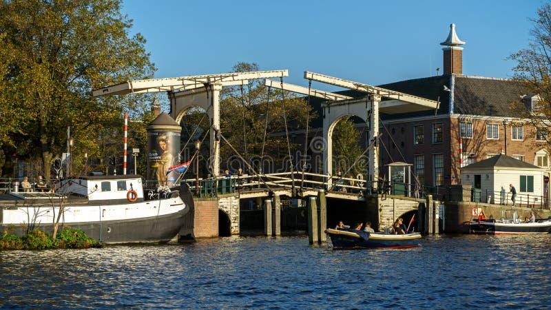 Zugbrücke über Amsterdam-Kanalfluß, am 13. Oktober 2017 lizenzfreies stockbild