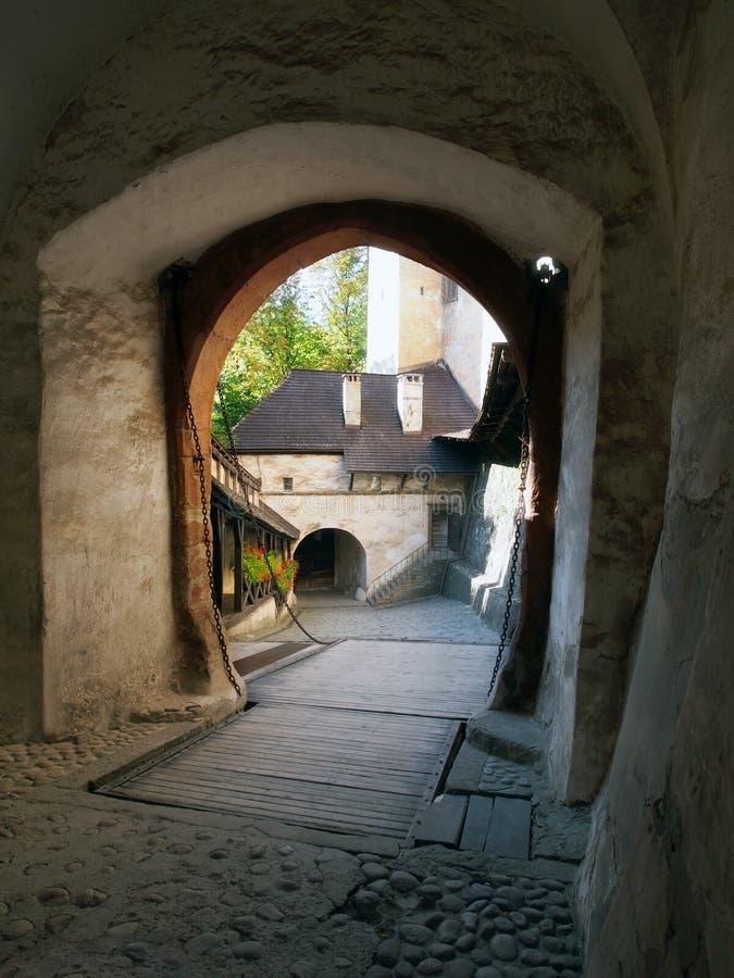 Zugbrücke und Tor bei Orava ziehen sich, Slowakei zurück stockfoto