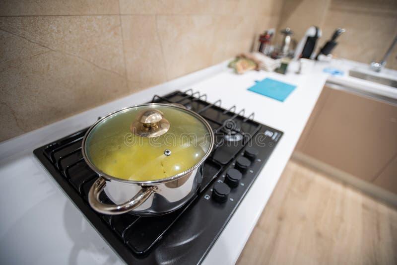 Zugebereitete köstliche Abendessennahrungsmittelteigwaren oder Suppe oder Eintopfgericht in der großen Stahlwanne, kühler Abstieg lizenzfreies stockfoto