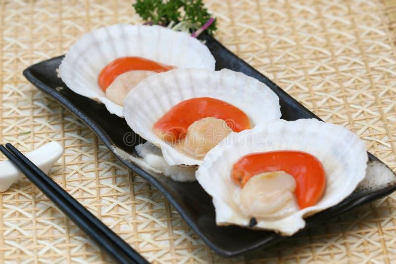 Zugebereitete und köstliche Kamm-Muschelsushi lizenzfreies stockfoto