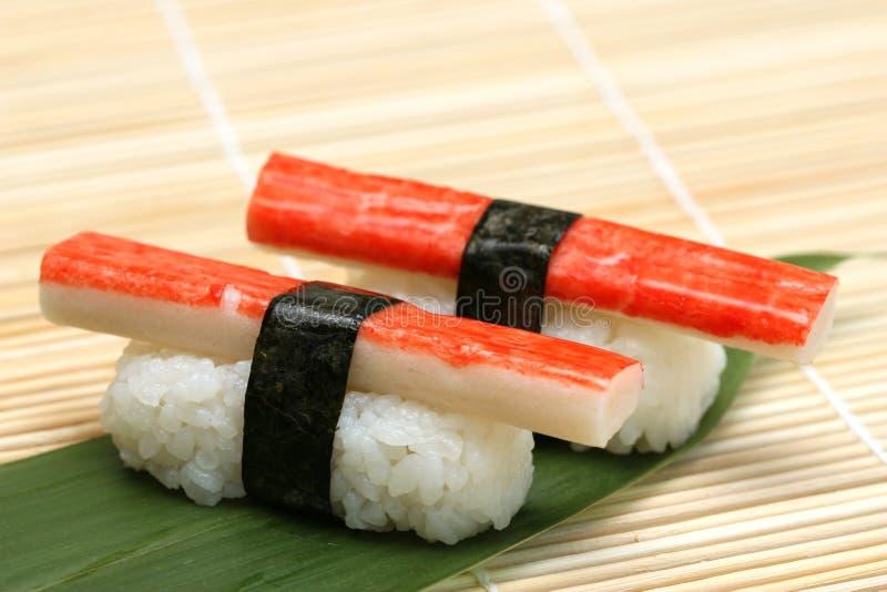 Zugebereitete und köstliche Sushi lizenzfreies stockbild