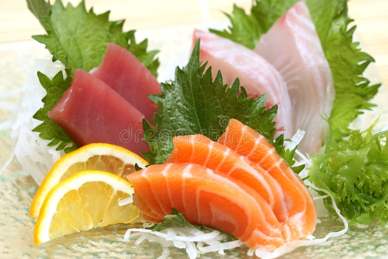 Zugebereitete und köstliche Sushi stockfoto