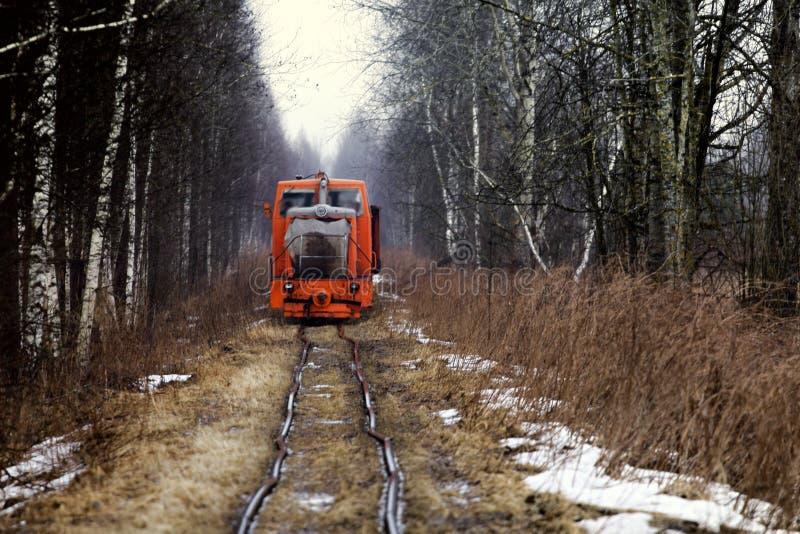 Zugfahrten auf die Schienen verformt stockfotografie