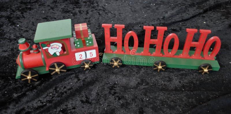 Zuggeschenk Weihnachtenhölzernes HoHo Weihnachtsmann verziert mit Stern lizenzfreie stockbilder