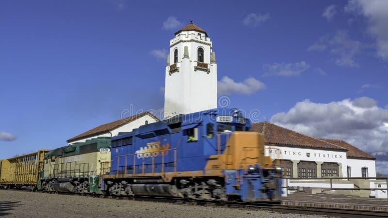 Zugmaschine zieht seine Autos durch das Depot mit blauem Himmel stockbilder
