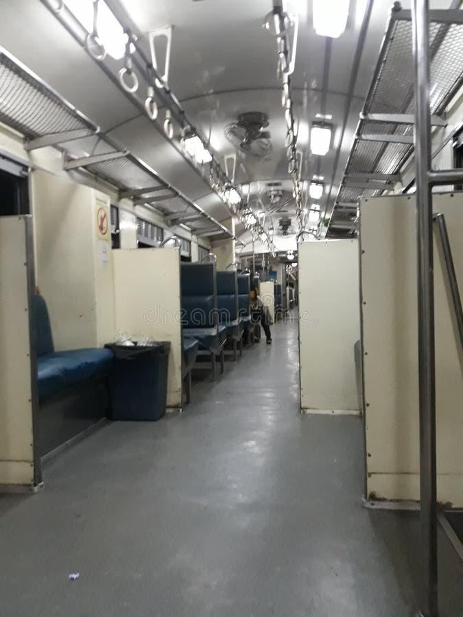 Zugreise am Abend vom 5. Dezember 2018 an Bahnhof Uttaradit, Thailand lizenzfreie stockfotografie