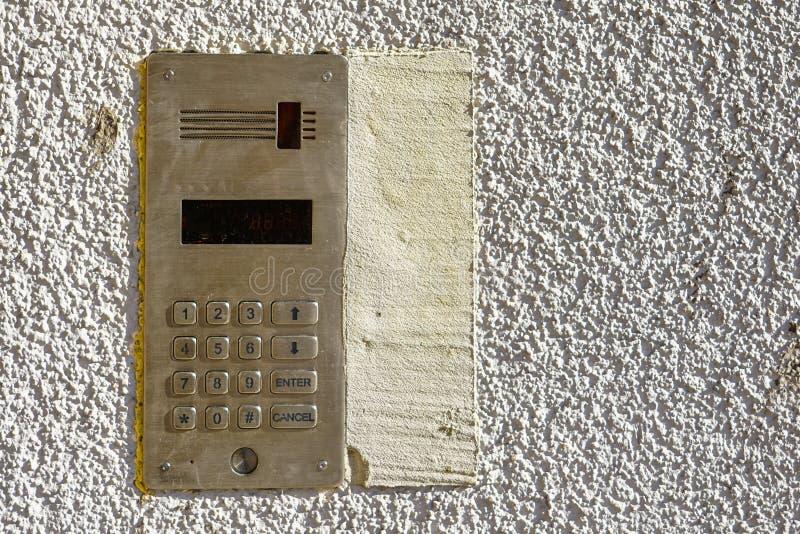 Zugriffskontrolltürkasten mit numerischer Tastatur auf weißem Hintergrund lizenzfreies stockfoto