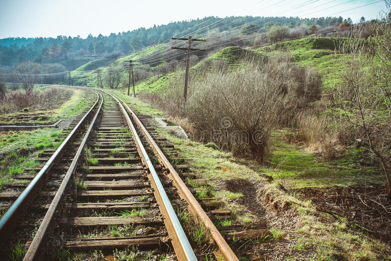 Zugschienen biegen in der Landschaft nach links ab stockfoto