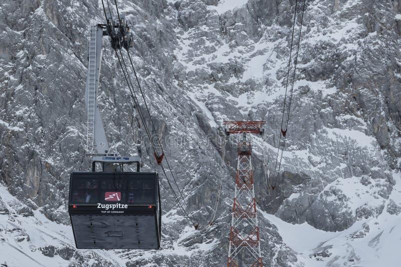 Zugspitze, Deutschland-Drahtseilbahn über schneebedeckter Landschaft lizenzfreie stockfotos