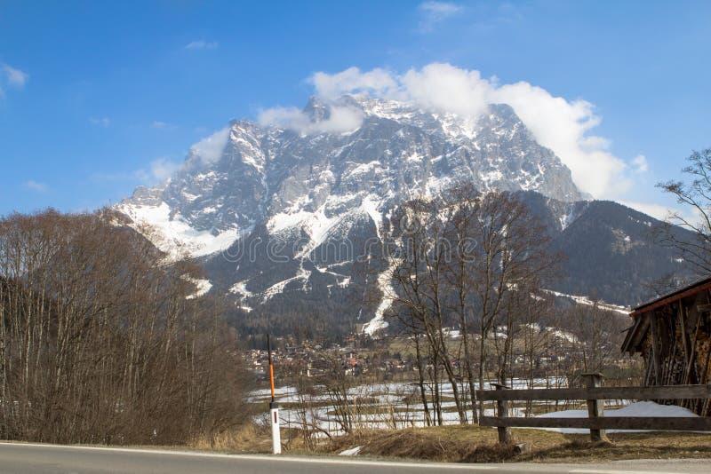 Download Zugspitze - Hoogste Berg In Duitsland Stock Afbeelding - Afbeelding bestaande uit rotsen, meisje: 107700667