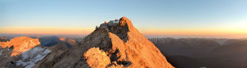 Zugspitze, pico de la montaña más alta en las montañas alemanas imagenes de archivo
