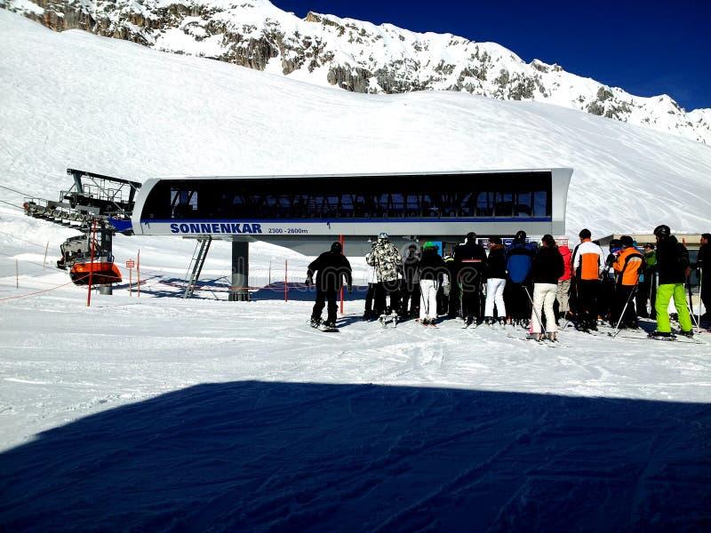 Zugspitze Tyskland -21 Februari 2012: Fjällängar snöar väntande på skidlift för bergfolk under skidar och snowboardferie royaltyfria foton