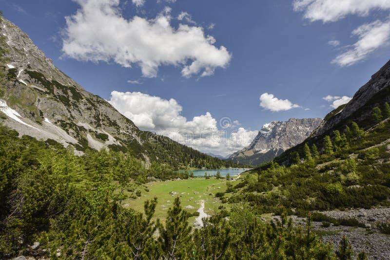 Zugspitzeberg en meer Seebensee, mening van Coburger-hut, Ehrwald, Tirol, Oostenrijk stock fotografie