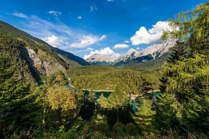 Zugspitzepiek en Blindsee - Oostenrijk en Duitsland stock afbeelding