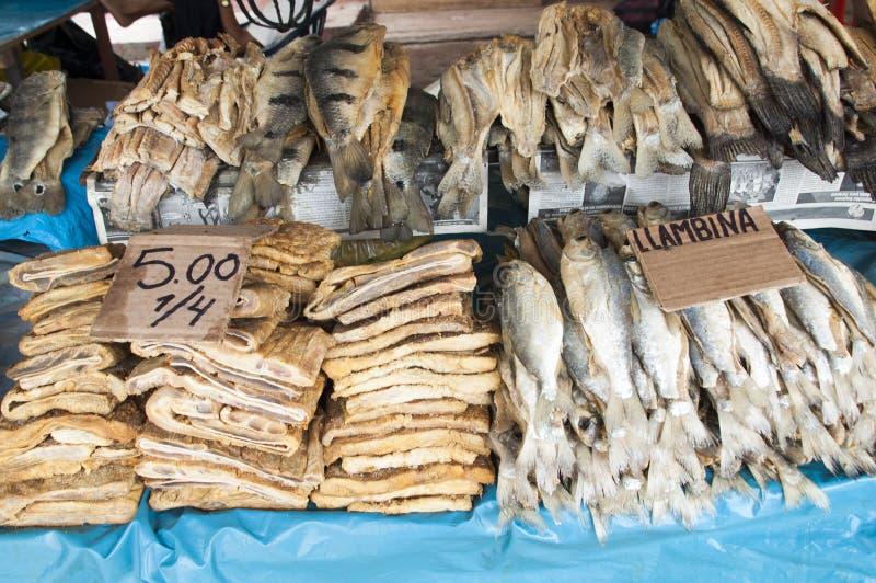 Zuid-Amerika, Gebraden vissen op de markt in de Iquitos-grote stad in Amazonië stock afbeelding