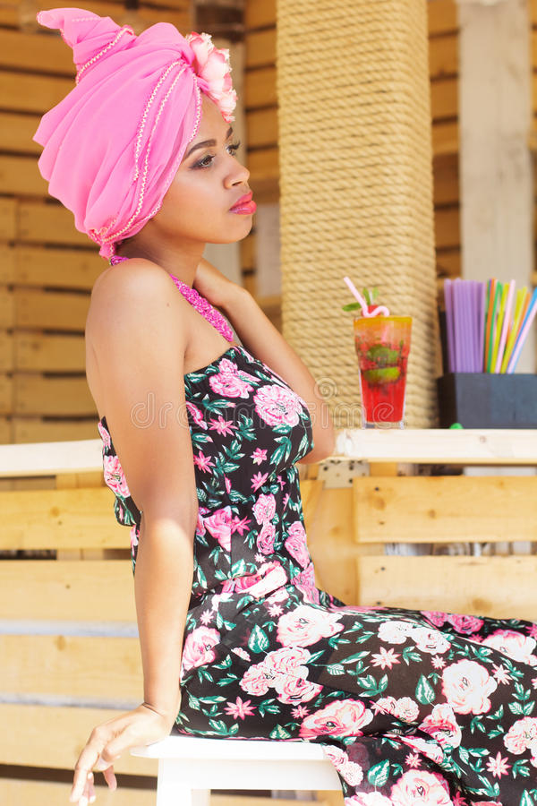 Zuidafrikaans Zulu Meisje In Manierkleren Stock Foto