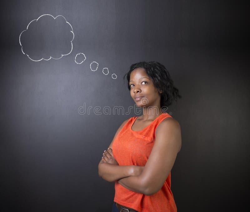 Zuidafrikaanse of Afrikaanse Amerikaanse van de vrouwenleraar of student het denken wolk royalty-vrije stock fotografie