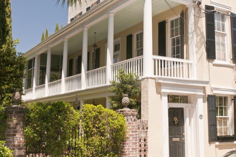 Zuidelijk huis met portiek stock foto's