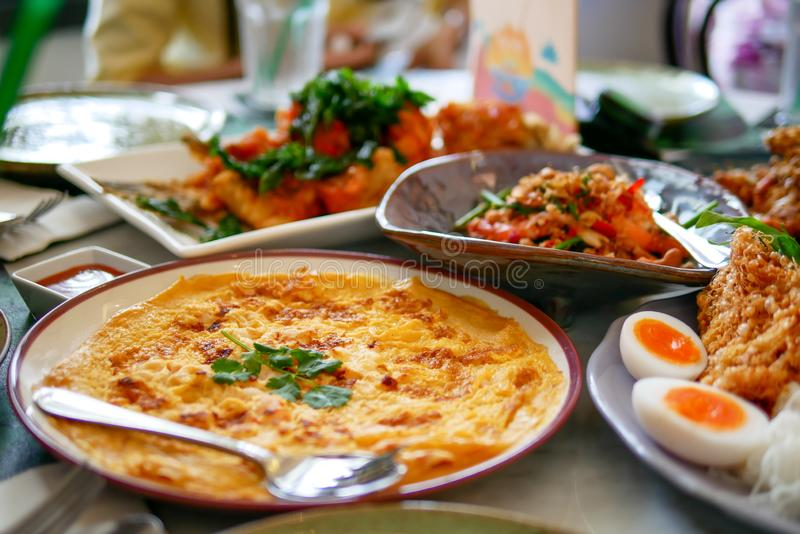 Zuidelijk van Thais voedsel dat heerlijk en kruidig met verscheidenheid van menu die op de marmeren lijst, hoogste mening plaatst royalty-vrije stock foto