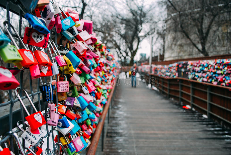 ZUIDEN KOREA-26 JANUARI 2017: Duizenden kleurrijke liefdehangsloten langs de houten gangweg tijdens de winter royalty-vrije stock fotografie
