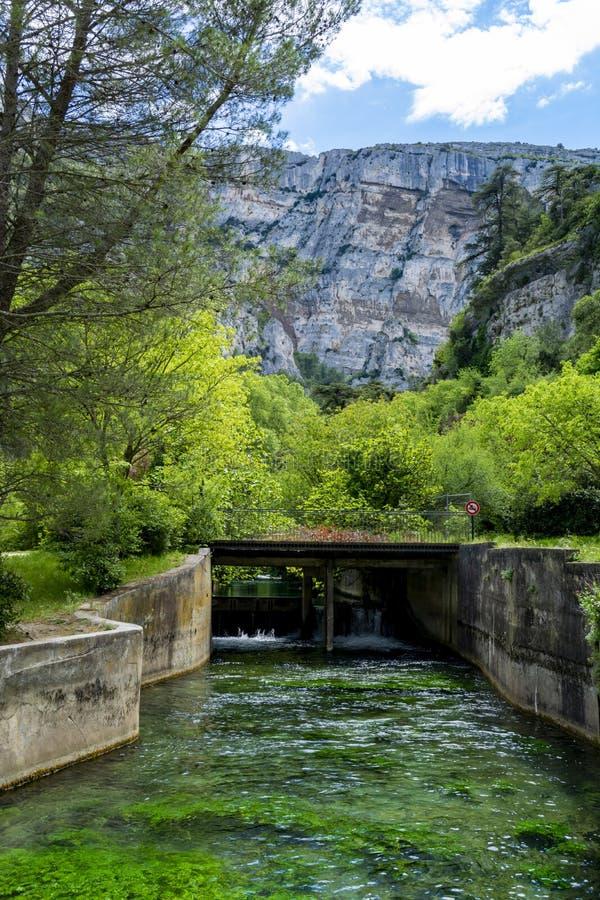 Zuiden van Frankrijk, mening op kleine Provencal-stad van dichter Petrarch fontaine-DE-Vaucluse met smaragdgroene wateren van Sor royalty-vrije stock afbeeldingen