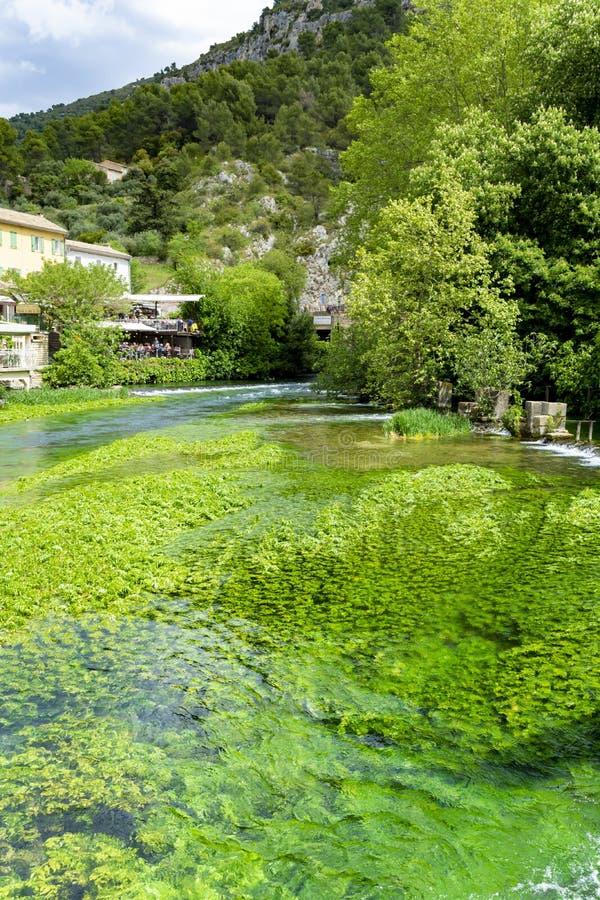 Zuiden van Frankrijk, mening op kleine Provencal-stad van dichter Petrarch fontaine-DE-Vaucluse met smaragdgroene wateren van Sor royalty-vrije stock foto