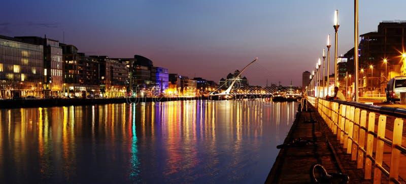 Zuidenbank van de rivier Liffey in Dublin City Center bij nacht royalty-vrije stock foto