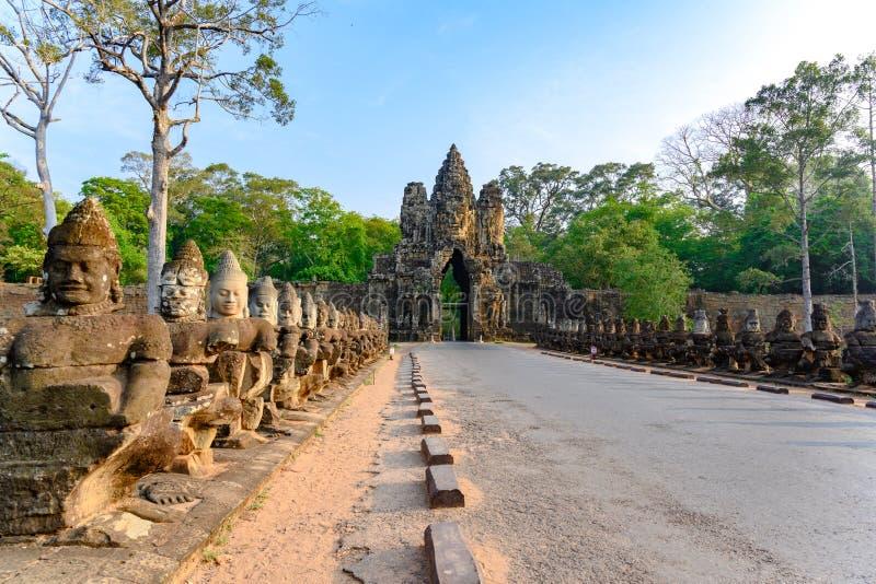 Zuidenbrug en Toren aan Angkor Thom, Kambodja Angkor Thom was laatste en verdragend hoofdstad van het Khmer imperium royalty-vrije stock foto