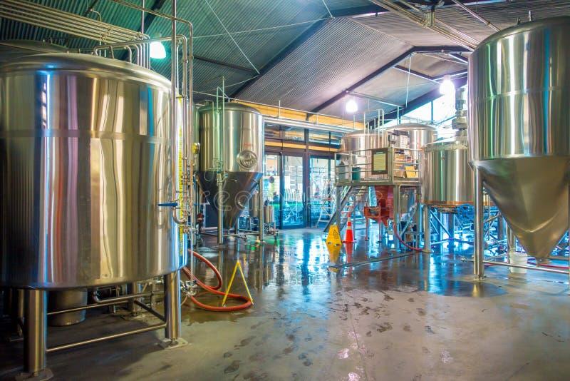 ZUIDENeiland, NIEUW ZEELAND 25 MEI, 2017: De moderne brouwerij van de bierinstallatie, met het brouwen van gemaakte ketels, schep stock foto