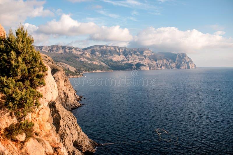 Zuidenkust van het landschap van de Krim, de Zwarte Zee royalty-vrije stock afbeelding