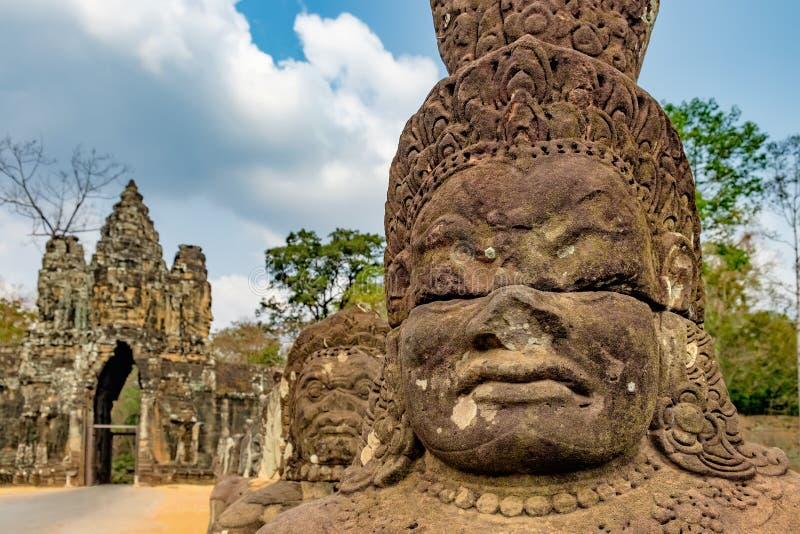 Zuidenpoort aan Angkor Thom in Kambodja stock fotografie