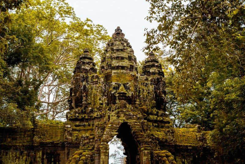 Zuidenpoort van Bayon-tempel met reuzeboom beide kant stock foto