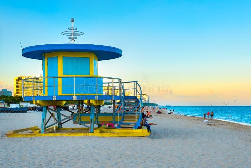 Zuidenstrand in Miami dichtbij zonsondergang met één van zijn iconische badmeestertorens royalty-vrije stock afbeelding