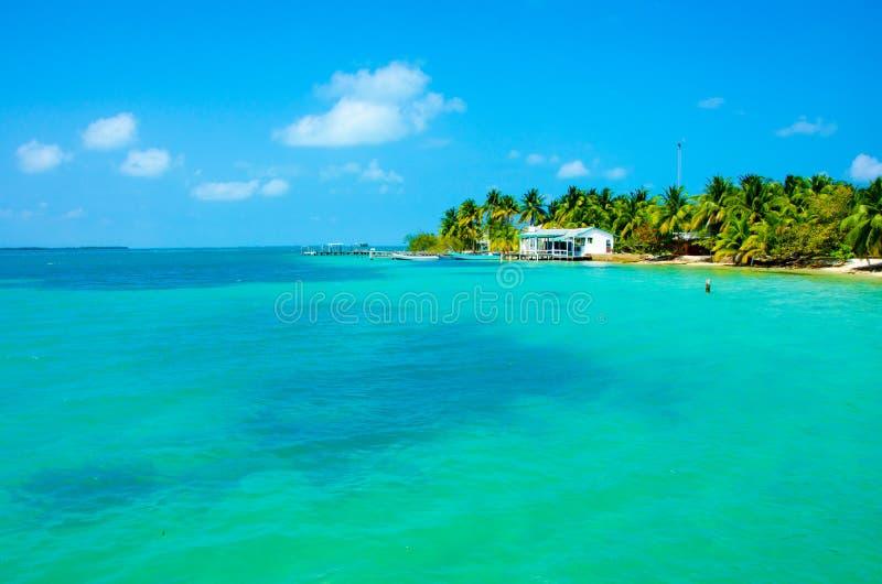 Zuidenwater Caye in Belize - klein Cara?bisch paradijseiland met tropisch strand voor vakantie en het ontspannen royalty-vrije stock foto