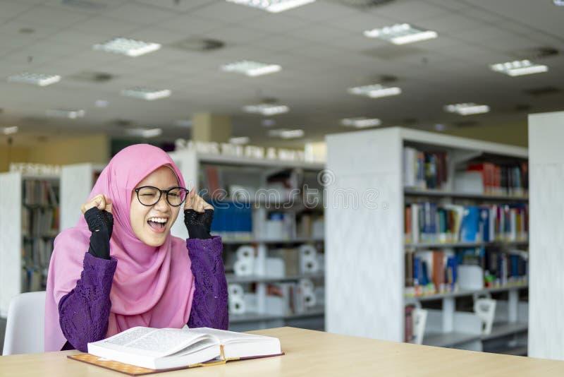 Zuidoostaziatische Muslimah-student stock foto