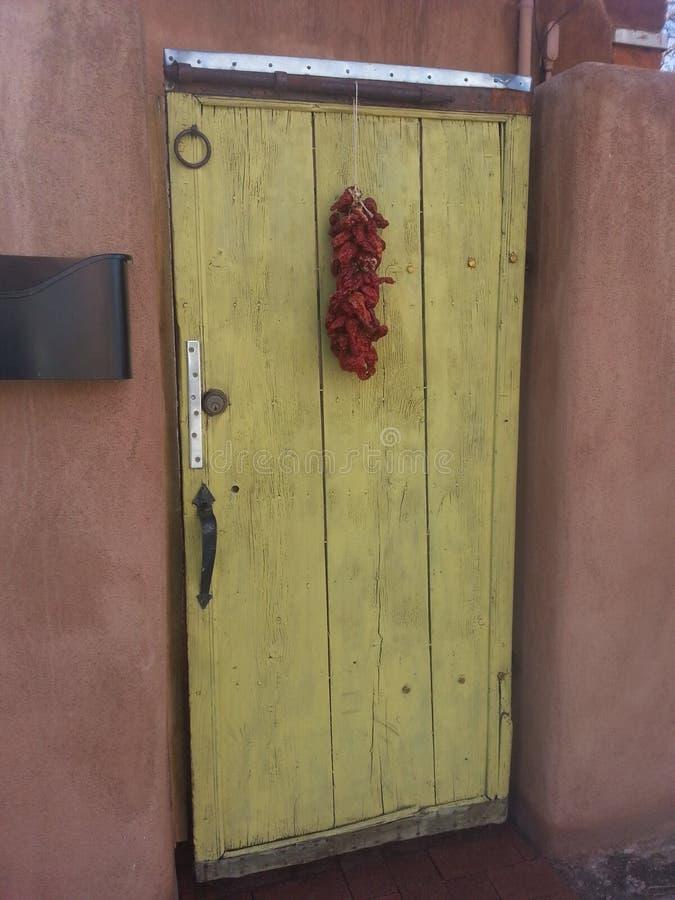 Zuidwestelijke deur met rode ristra van Chili royalty-vrije stock foto's