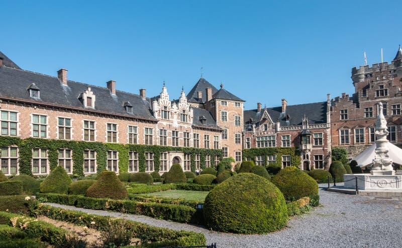 Zuidwestenvleugel en ingangspoort van Kasteel van Gaasbeek, Belgiu stock fotografie