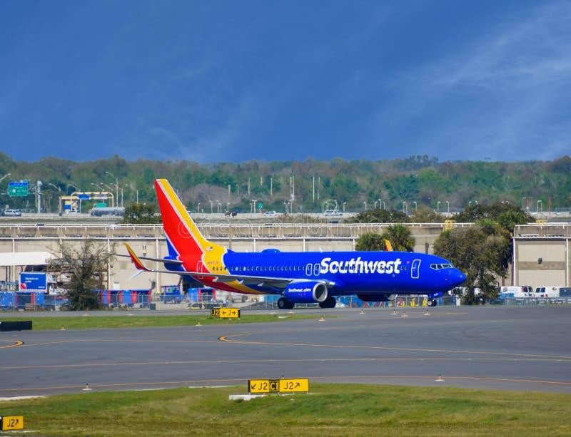 Zuidwestenvliegtuigen op baan die voor vertrek van Orlando International Airport MCO voorbereidingen treffen stock foto