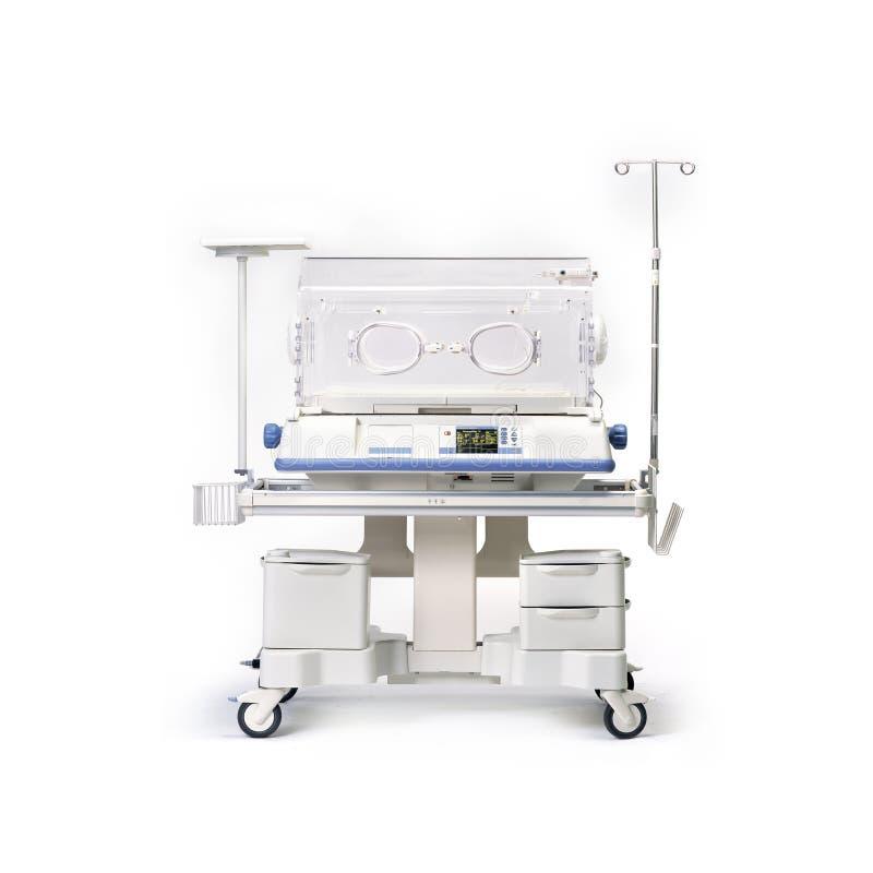 Zuigelingsincubator bij pasgeborenen die, op witte achtergrond wordt geïsoleerd Medische apparatuur stock afbeelding